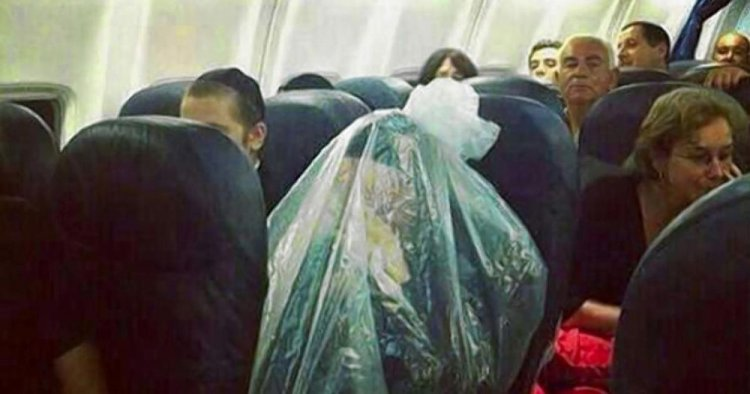 شخص يغلف نفسة في كيس عند السفر في الطائرة
