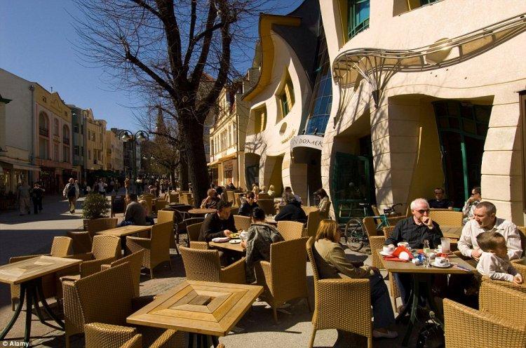 مقهى بجانب المبنى الأعوج في بولندا
