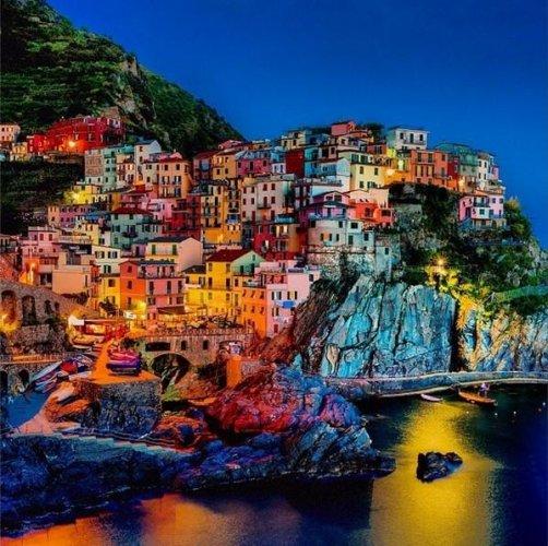 ايطاليا، مانارولا تتألق فى أضواء الليل