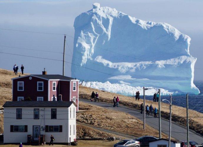 جبل جليدي يمر من بلدة
