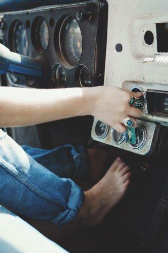 هل القيادة بأقدام حافية أثناء السفر بالسيارة قانوني؟