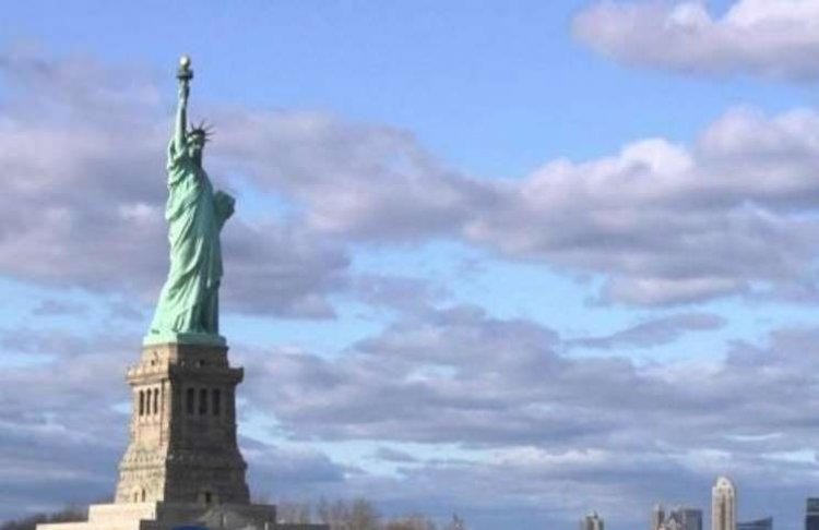 يخت فاخر يملكه ملياردير روسي يحجب رؤية تمثال الحرية ويغضب السياح