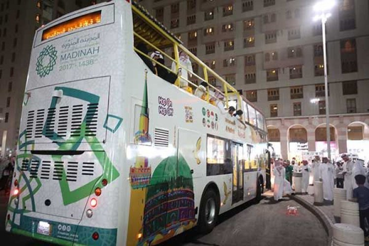 حافلة سياحية تكلم الزوار بلغتهم في المدينة المنورة