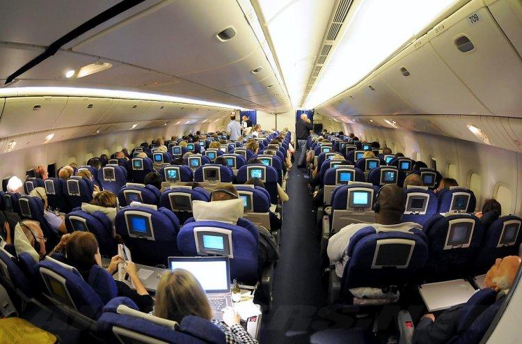 غرامات تنتظرك داخل الطائرة إذا خالفت القوانين