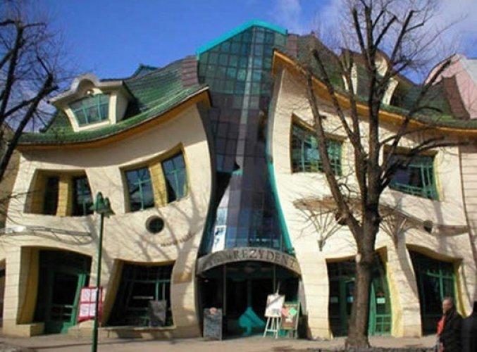 المنزل المعوج مول تجارى ببولندا