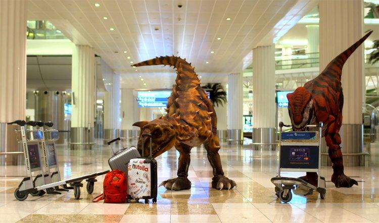 ديناصورات تتجول في مطار دبي العالمي