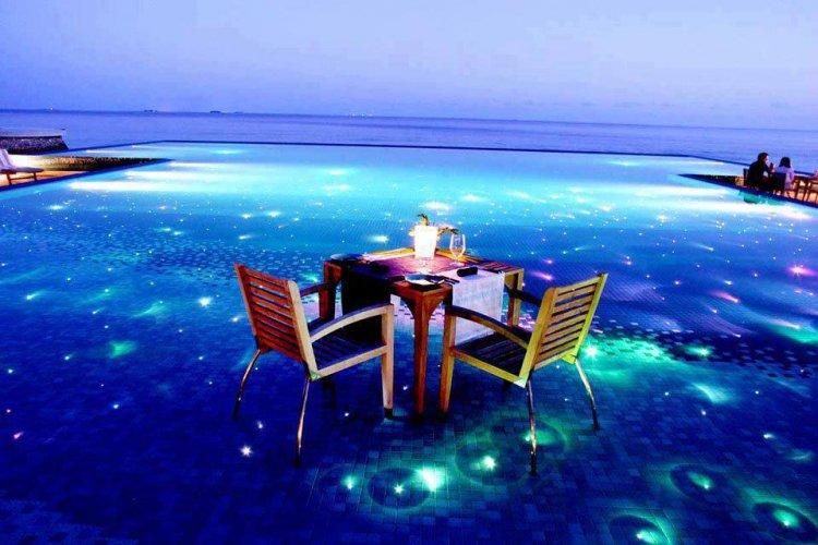 شواطئ المالديف ليلًا