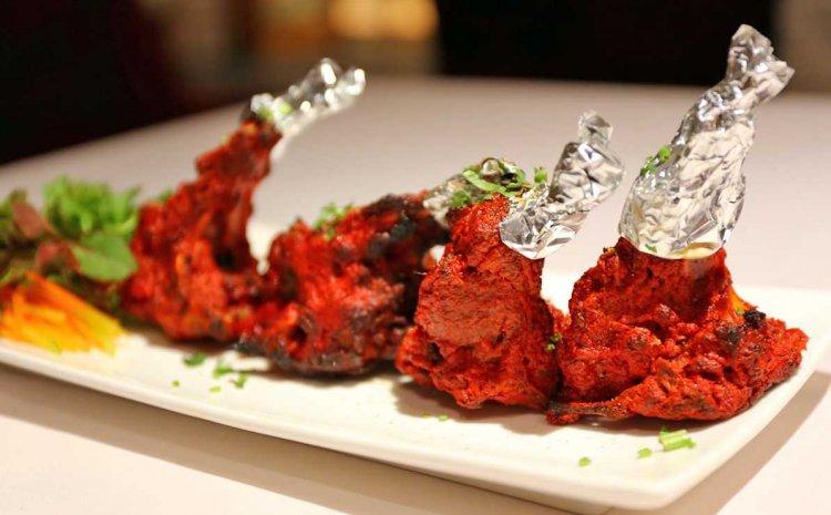 الدجاج في مطعم بوراتشي الهندي