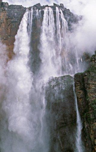 شلالات انجل أحد مواقع اليونسكو للتراث العالمي