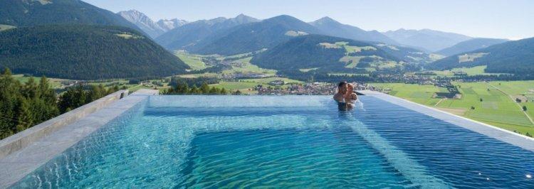 حمام السباحة يوفر اطلالات بانورامية جذابة وسط الطبيعة