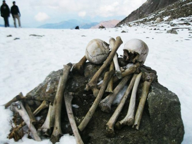 أثار حجاج إلى المناطق الهندية المقدسة من 1200 سنة في بحيرة الهياكل العظيمة