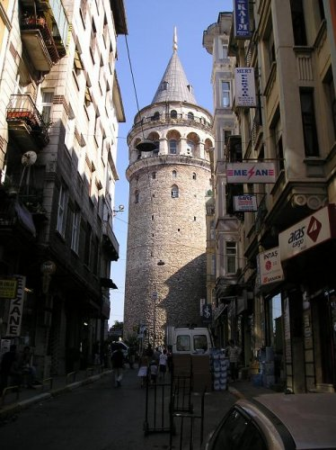 برج غلطة معلمًا معماريًا بين الأماكن السياحية في اسطنبول