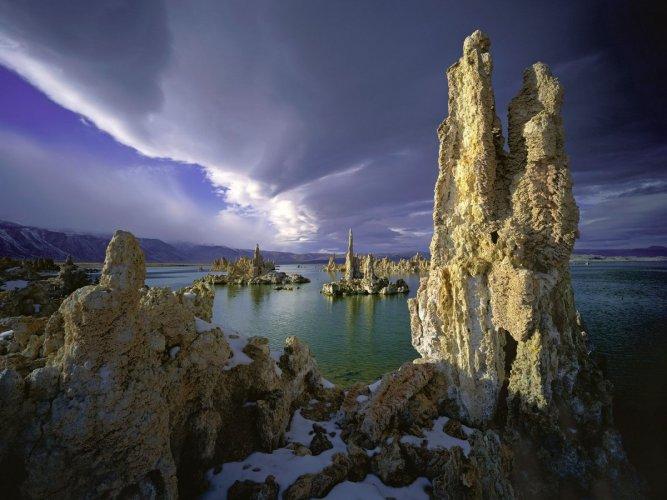 الاشكال الصخرية في بحيرة مونو