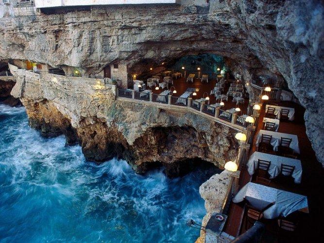 مطعم في كهف