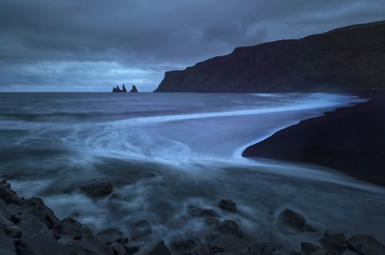 شاطئ الجن في أيسلندا رماله بالوان سوداء داكنة مرعبة