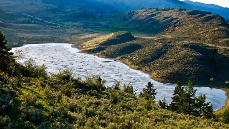 البحيرة المرقطة في اوسيوس كولومبيا