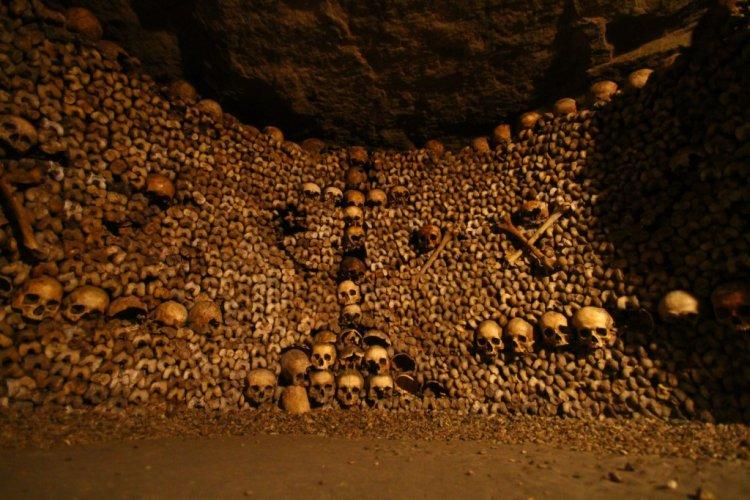 مجموعة كبيرة من العظام والجماجم في سراديب الموتى في باريس