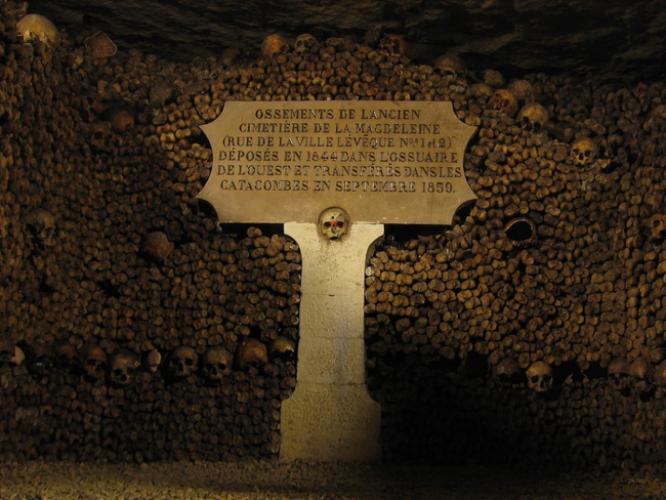 رسومات غريبة الشكل داخل سراديب الموتى في باريس