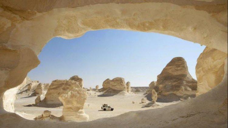 كهف في الصحراء البيضاء
