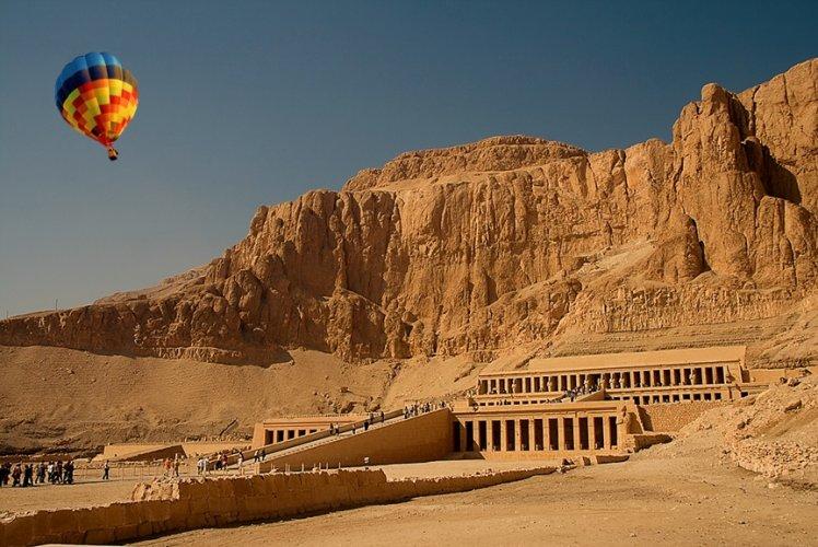 معبد حتشبسوت ويعرف بمعبد الدير البحري
