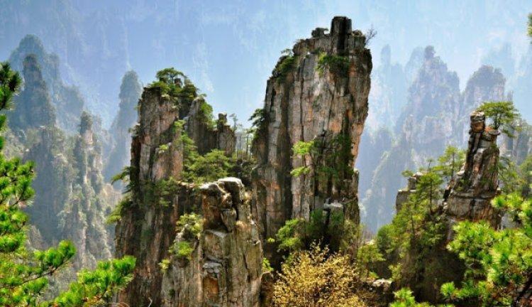 جبال تيانزي في الصين حينما تجمع الطبيعة بين الواقع والخيال