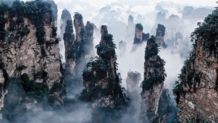 القمم المغطاه بالغيوم في جبال تيانزي في الصين