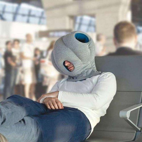 شخص يلبس أحد أدوات النوم العميق في الطائرات