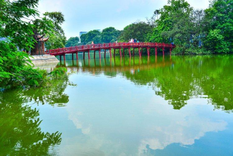 الجسر الأحمرفي بحيرة هوان كيم الشهيرة