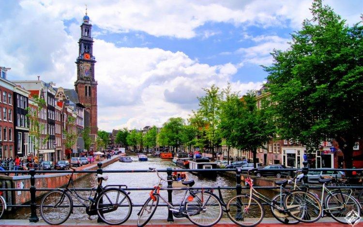 ركوب الدراجات في شوارع أمستردام