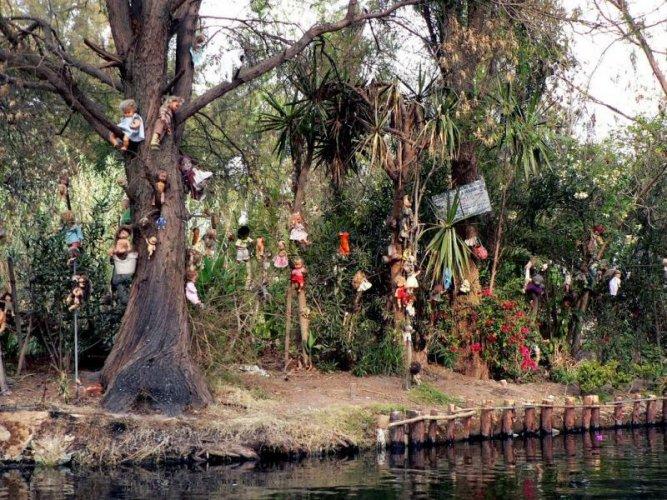 دمى معلقة على الاشجار فى جزيرة العرائس
