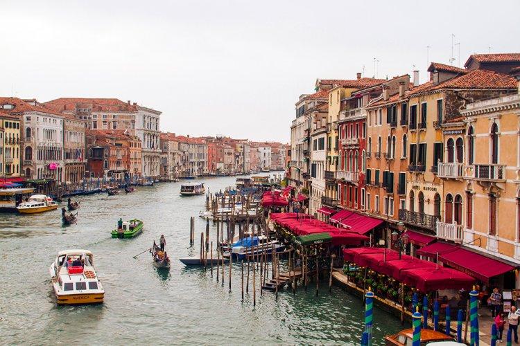 القنال الكبير وركوب القوارب في فينيسيا
