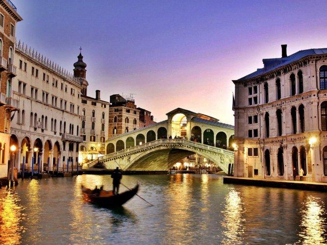 مدرنة ميلان ليلا في إيطاليا