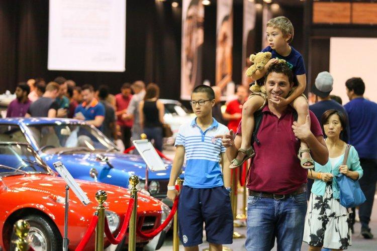خروج العائلة في معرض دبي الدولي للسيارات