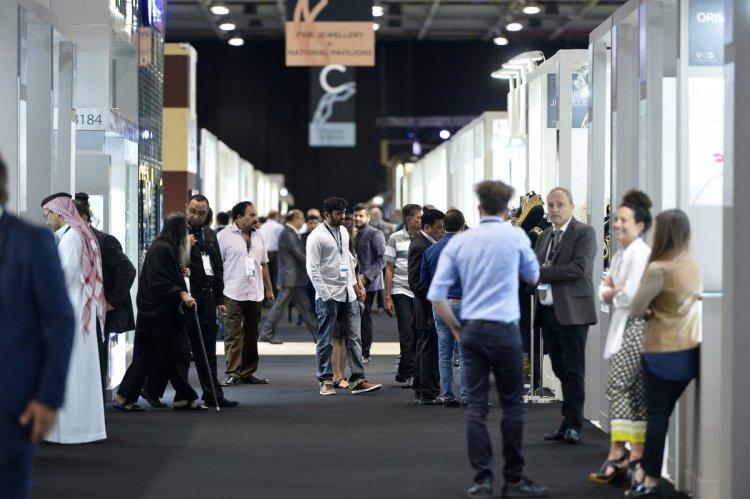 الناس بمعرض دبي الدولي للسيارات