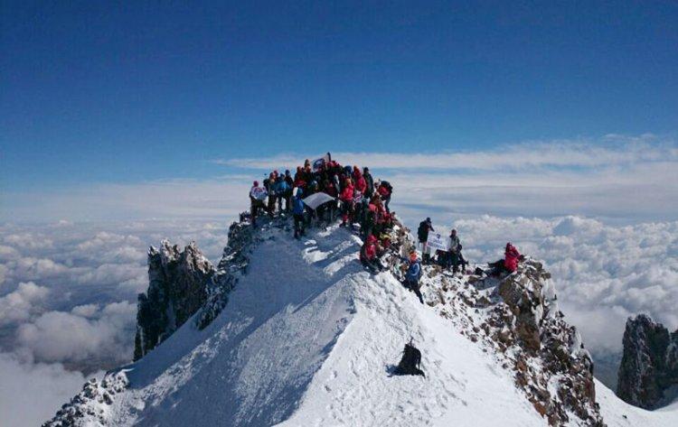 السياح يستمتعون بالثلج فى تركيا