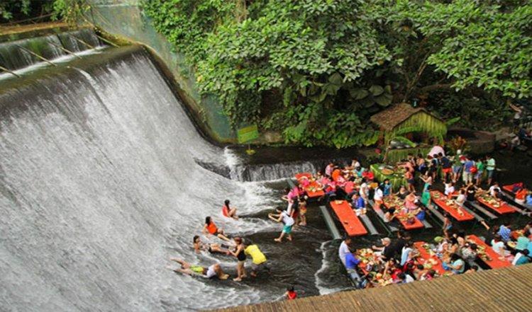 السياح فى  شلالات الفلبين