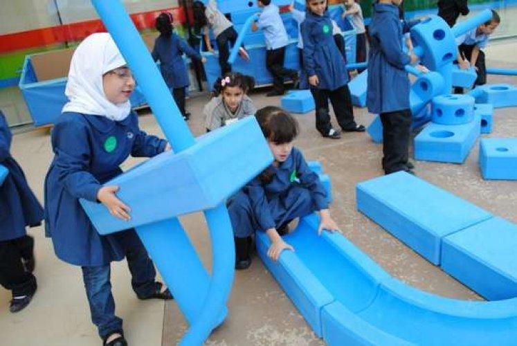 الاطفال يمارسون الانشطة في متحف الاطفال
