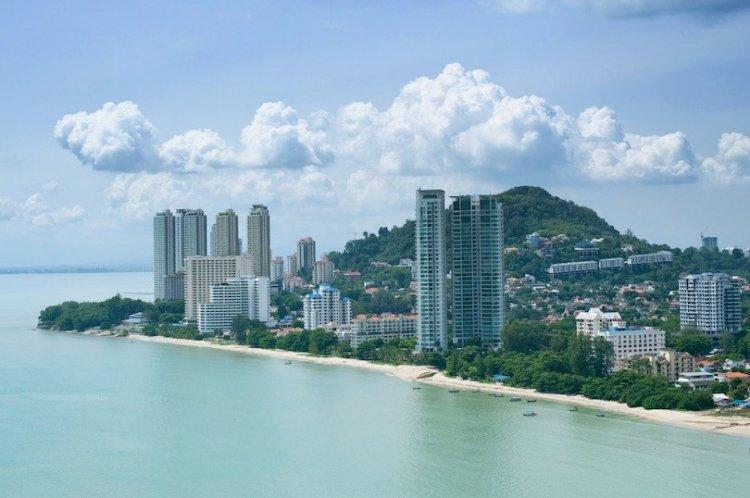 شاطئ باتو فيرينغهي  في جزيرة بينانج ماليزيا