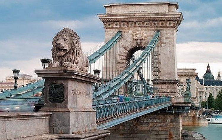 جسر التشين المعلق يربط بين شقي مدينة بودابست