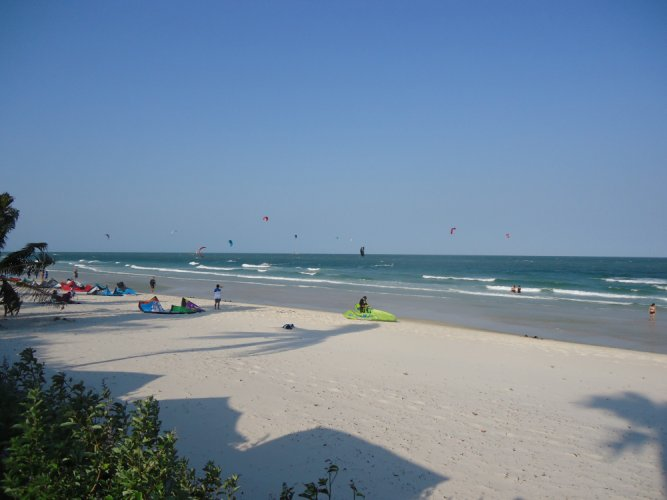 السياح يستمتعون في شواطئ هواهين