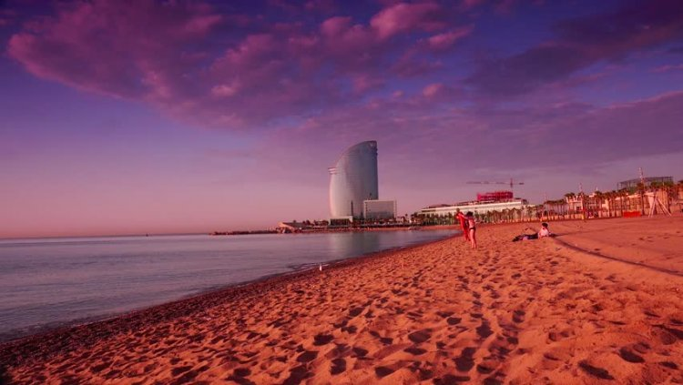 الغروب في شواطئ برشلونة