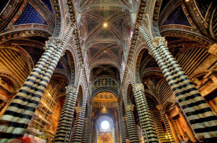 صورة من داخل الكاتدرائية في فلورنسا إيطاليا