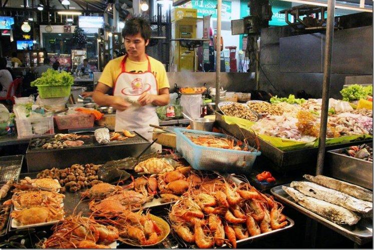 بيع المأكولات البحرية في سوق هواهين