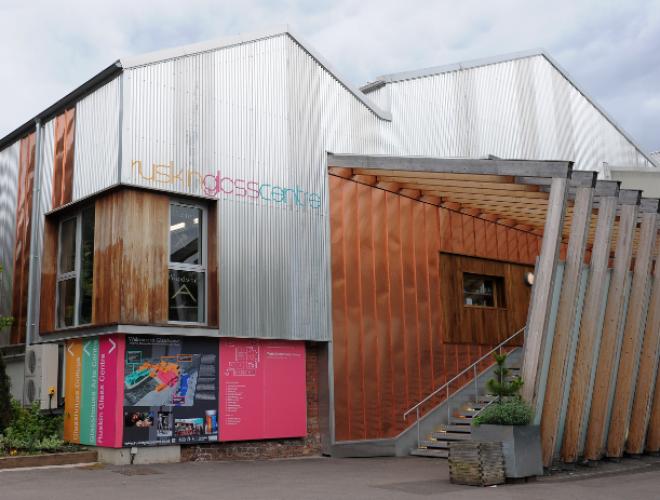 مركز زجاج روسكين في برمنجهام بريطانيا