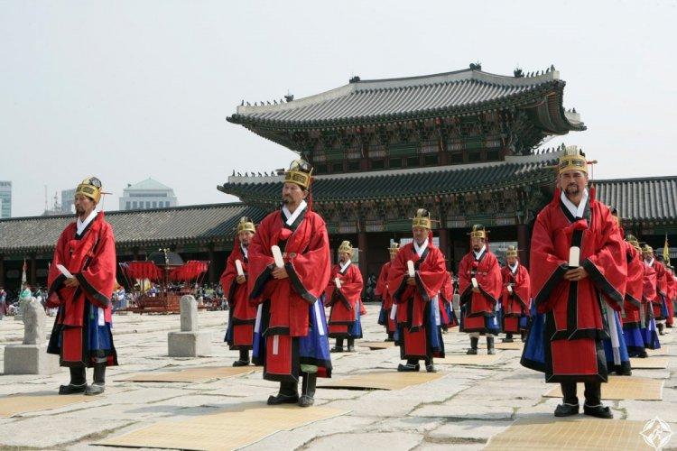 الطقوس في مزار جونغميو في سيول كوريا