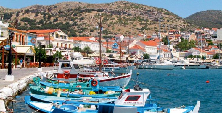 القوارب علي شاطئ جزيرة ساموس