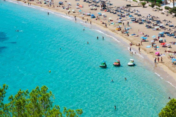 أحد شواطئ اسبانيا
