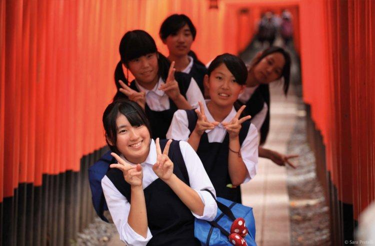 مجموعة من الطلبة في اليابان