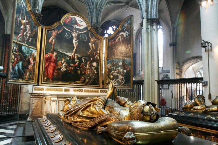 صورة من داخل كنيسة السيدة العذراء
