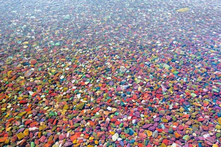 الصخور الملونة في بحيرة ماكدونالد لودج